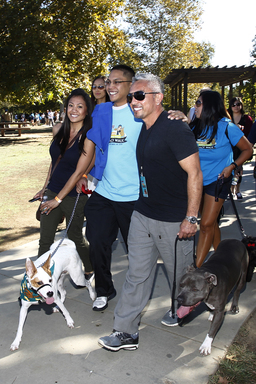 Cesar Millan is joined by over a thousand dog owners for the Pack Walk.