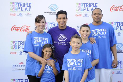 Mario Lopez with the Porter family – winners of the Triple Play Fit Family Challenge