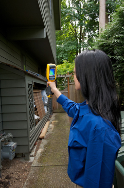 Whether you're searching for air leaks, hidden moisture, construction defects, or other building issues, a Fluke thermal imager allows you to work faster and more efficiently, and document your findings.