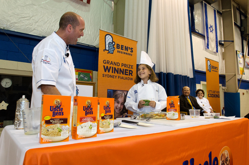 Sydney Fialkow demonstrates to classmates how to prepare her Ben's Beginners™ winning recipe, Sydney's Rice & Chicken , alongside Uncle Ben's Culinary Innovation Manager, Chef Chris Skolmutch.