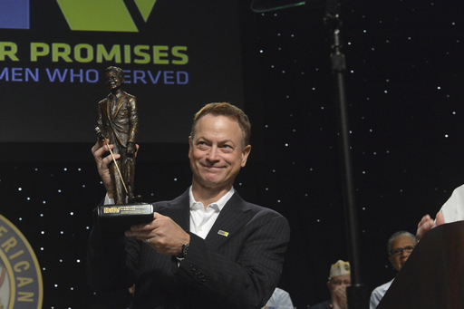 Actor Gary Sinise accepted a special DAV recognition.