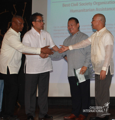 Congratulations all around for Children International's Hall of Fame Award as Agency Director Pio Salvador (second from right) shakes hands with Secretary Mar Roxas of the Department of Interior and Local Government.