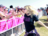 58224-fergie-participates-in-the-avon-walk-for-breast-cancer-sm