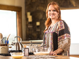 58439-ree-drummond-in-food-networks-the-pioneer-woman-sm