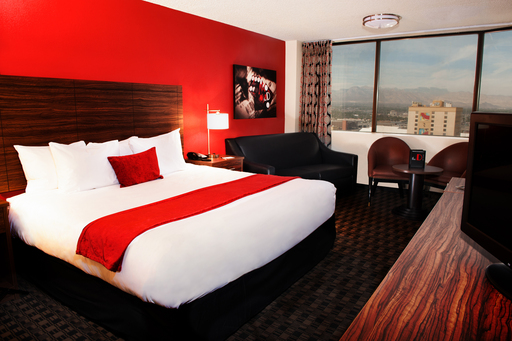 624 completely remodeled rooms offer contemporary accommodations and first-class amenities.