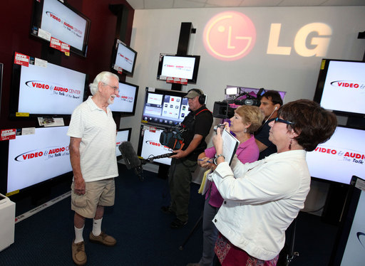 Media interview Leo Dee, the first consumer to purchase LG's 84-inch Ultra HD TV