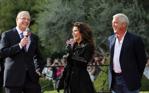 Shania is welcomed by Gary Selesner, Caesars Palace regional president and John Meglen, president and co-CEO of AEG Live/Concerts West. Photo credit: Getty Images for Caesars Palace