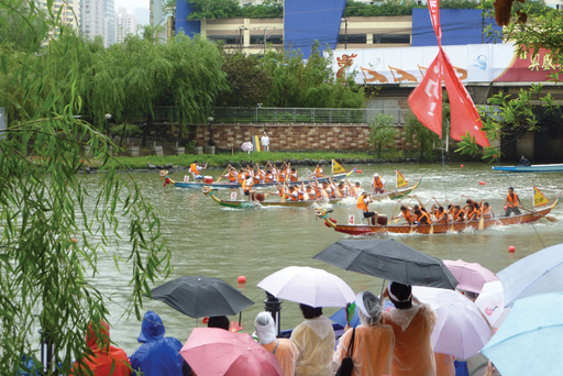 As cleanup plans for Suzhou Creek have shown some success, Shanghai now hosts well-attended dragon boat races and paddling clubs. Photo courtesy of Shanglong Dragonboat Club, 2012.