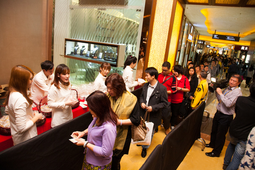 As a celebration of the star-studded evening, hundreds of visitors to Sands Cotai Central lined up Saturday to receive one-of-a-kind commemorative golden stars.