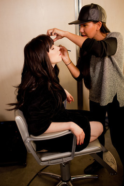 Carly Rae getting touched up before her güd photo shoot