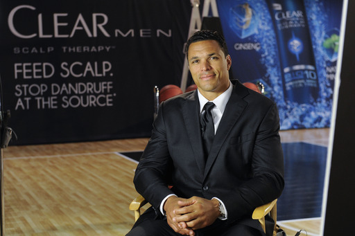 NCAA sponsor CLEAR MEN SCALP THERAPY and former college basketball star Tony Gonzalez team up to teach guys how to execute the Perfect Play and fight dandruff at Bracket Town