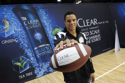 Tony Gonzalez and CLEAR MEN SCALP THERAPY get together before the Final Four to prove that flake-free confidence, on the court or the field, is all it takes to execute a Perfect Play
