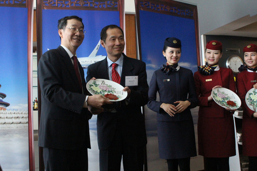 Mr. Chi Zhihang presented to Mr. Sun Guoxiang a gift which marks the inaugural flight of Smiling China.