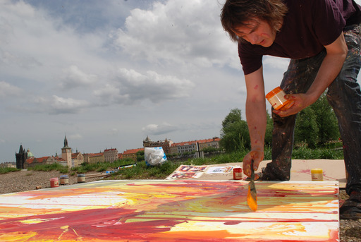 Artist Dan Trantina painting on the banks of the Vltava at the Toadsquare Montparnasse style launch in Prague.