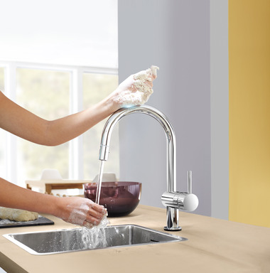 GROHE Minta Touch is available with an elegant C-shaped spout with extractable dual spray or with a stylish L-shaped spout with pull-out mousseur.