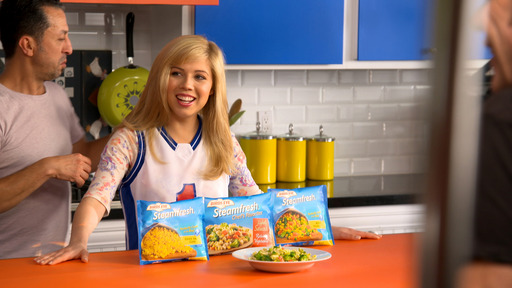Jennette puts the play on the plate to make eating veggies fun! Go to www.BirdsEye.com to submit a photo of your family playing with Birds Eye veggies. You could win a trip to Nickelodeon's Worldwide Day of Play!
