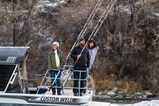 Idaho: Host Bert Kreischer takes travelers Angela (l.) and Sara (r.) sturgeon fishing in Idahos Snake River.