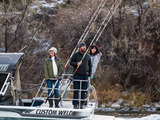 Idaho: Host Bert Kreischer takes travelers Angela (l.) and Sara (r.) sturgeon fishing in  Idaho's Snake River.