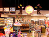 The new sweets shop at the Green Market District offers specialty artisan confections such as hand-dipped caramel apples, just-spun cotton candy and house-popped popcorn in a variety of flavors.