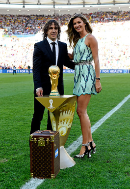 The Trophy enters the pitch in the official Louis Vuitton trunk, escorted by Gisele Bündchen and 2010 FIFA World Cup Champion Carles Puyol
