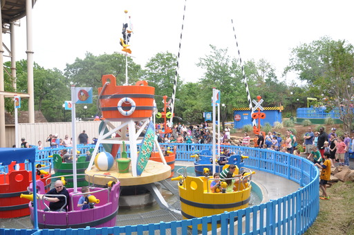 Daffy Duck Bucket Blasters gets everyone engaged in a fun water battle as riders spin, splashing everyone within reach!