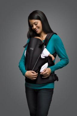 Black BABY CARRIER (lifestyle)