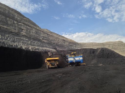 Loading coal next to coal seam, Spring Creek mine, Montana
