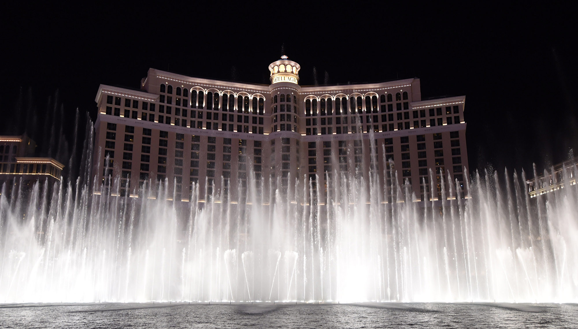 Fountains of bellagio learn new dance to hits by famed dj for Las vegas fountain