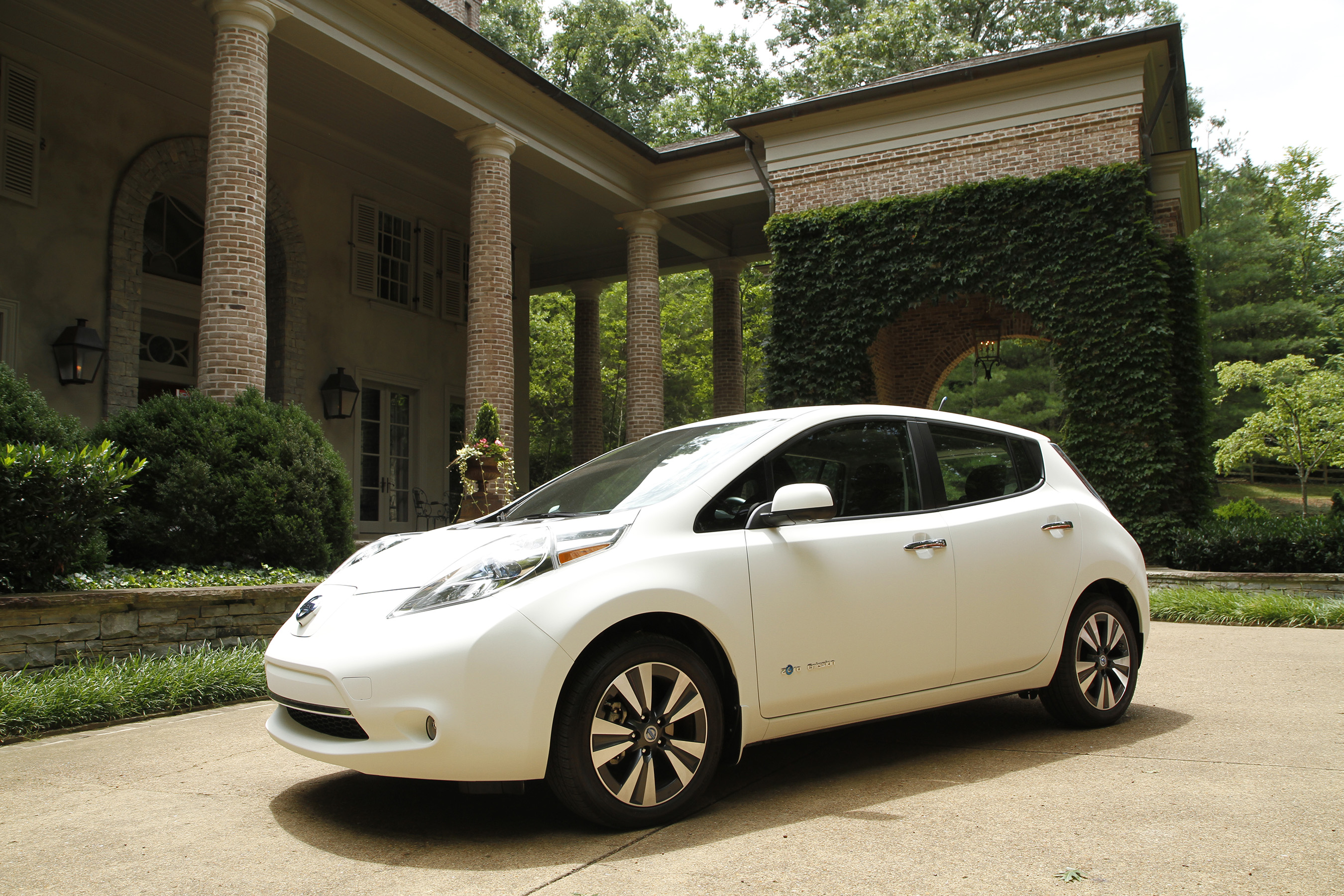 "2016 Nissan ""Self-Cleaning"" electric Leaf"