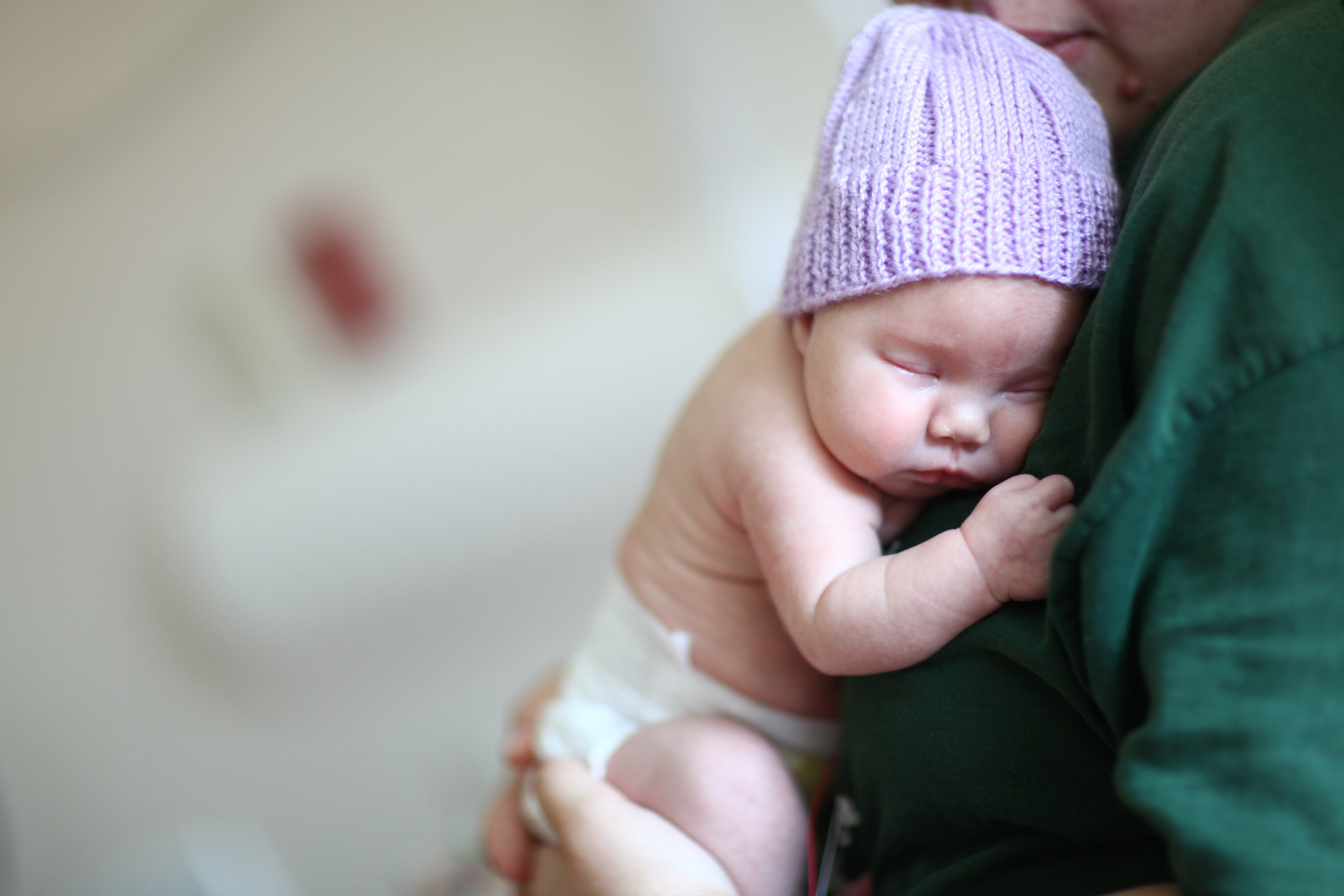 Swaddling babies can help with withdrawal symptoms, which babies may have if their mother took opioid drugs, such as prescription pain killers, while pregnant.