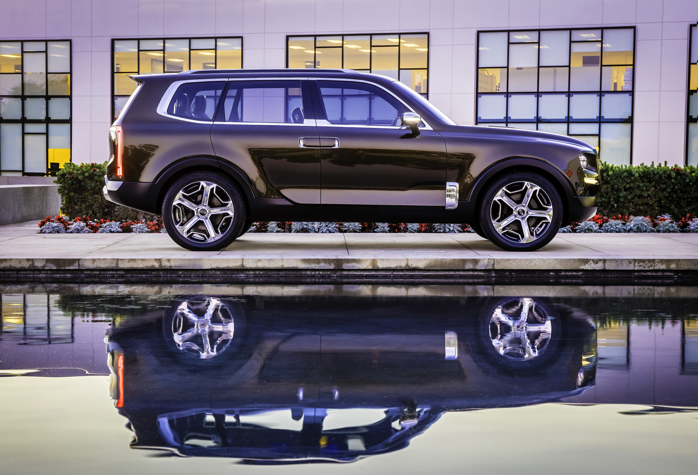 Kia unveils the Telluride, a cutting-edge vision for a full-size luxury SUV.