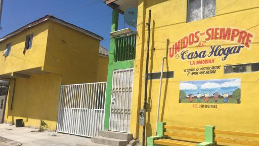 Yellow building with the text Unidos por siempre