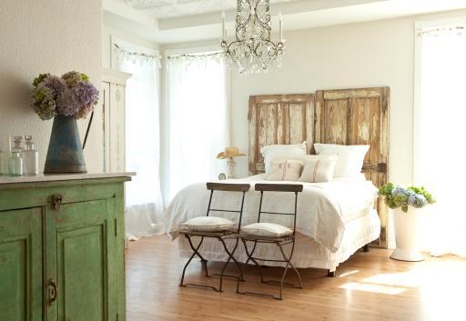 Romantic Prairie Style Bedroom, Photo: Mark Lohman