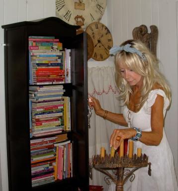 Fifi O'Neill, Working on set, Photo: Barbara Jacksier
