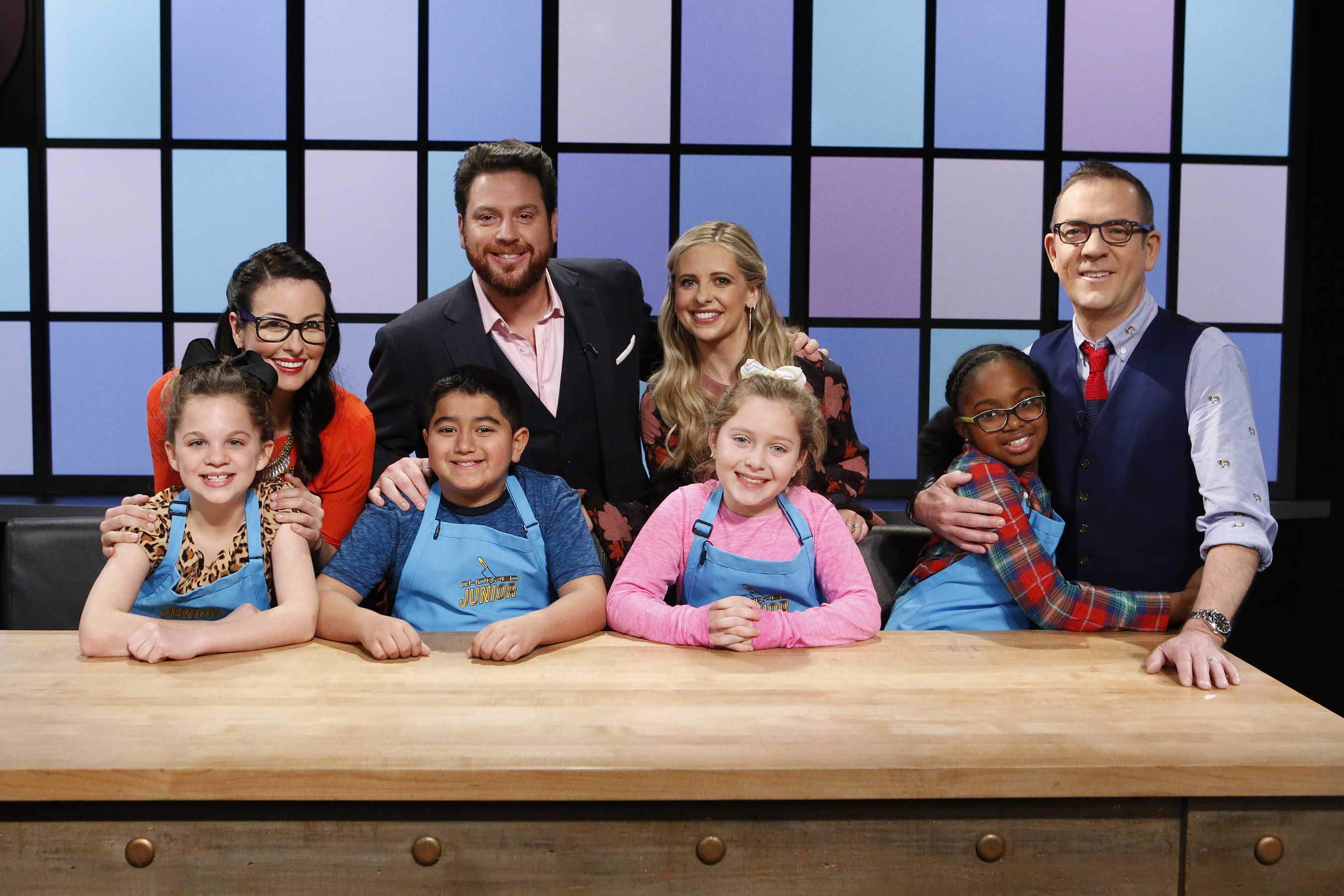 Junior chefs pose with judges Monti Carlo, Scott Conant and Sarah Michelle Gellar and host Ted Allen on Food Network's Chopped Junior
