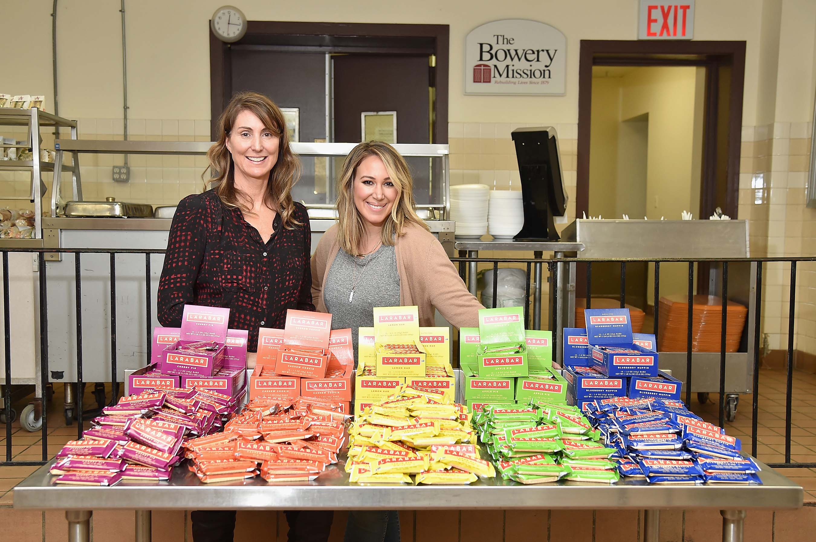 Larabar founder, Lara Merriken (L) and actress Haylie Duff share real food with The Bowery Mission beneficiaries in New York City on January 26, 2016 (Photo by Michael Loccisano/Getty Images for Larabar)
