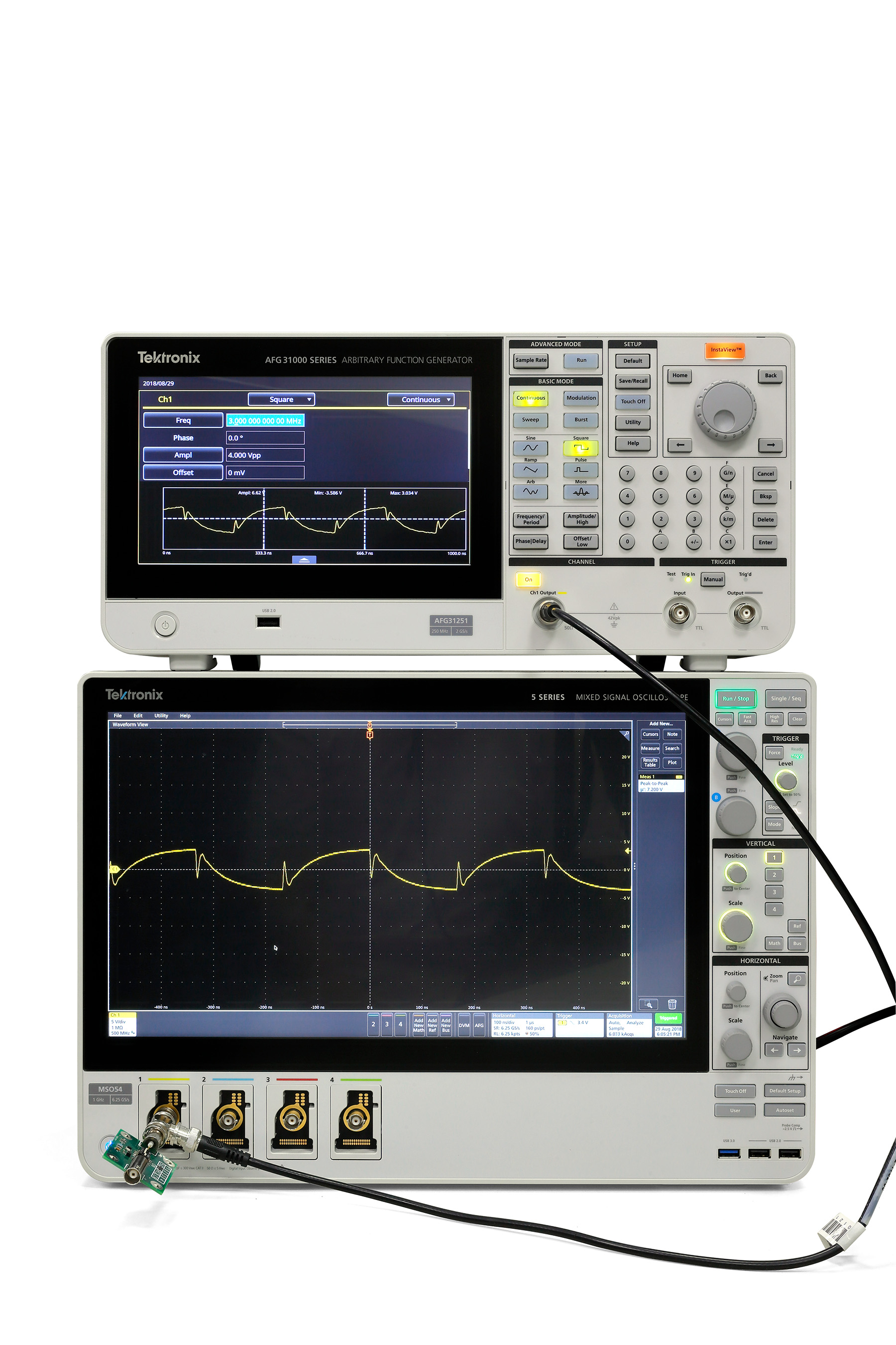 With patented InstaView™ technology, the AFG31000 series can monitor and display the actual waveform at the device under test.