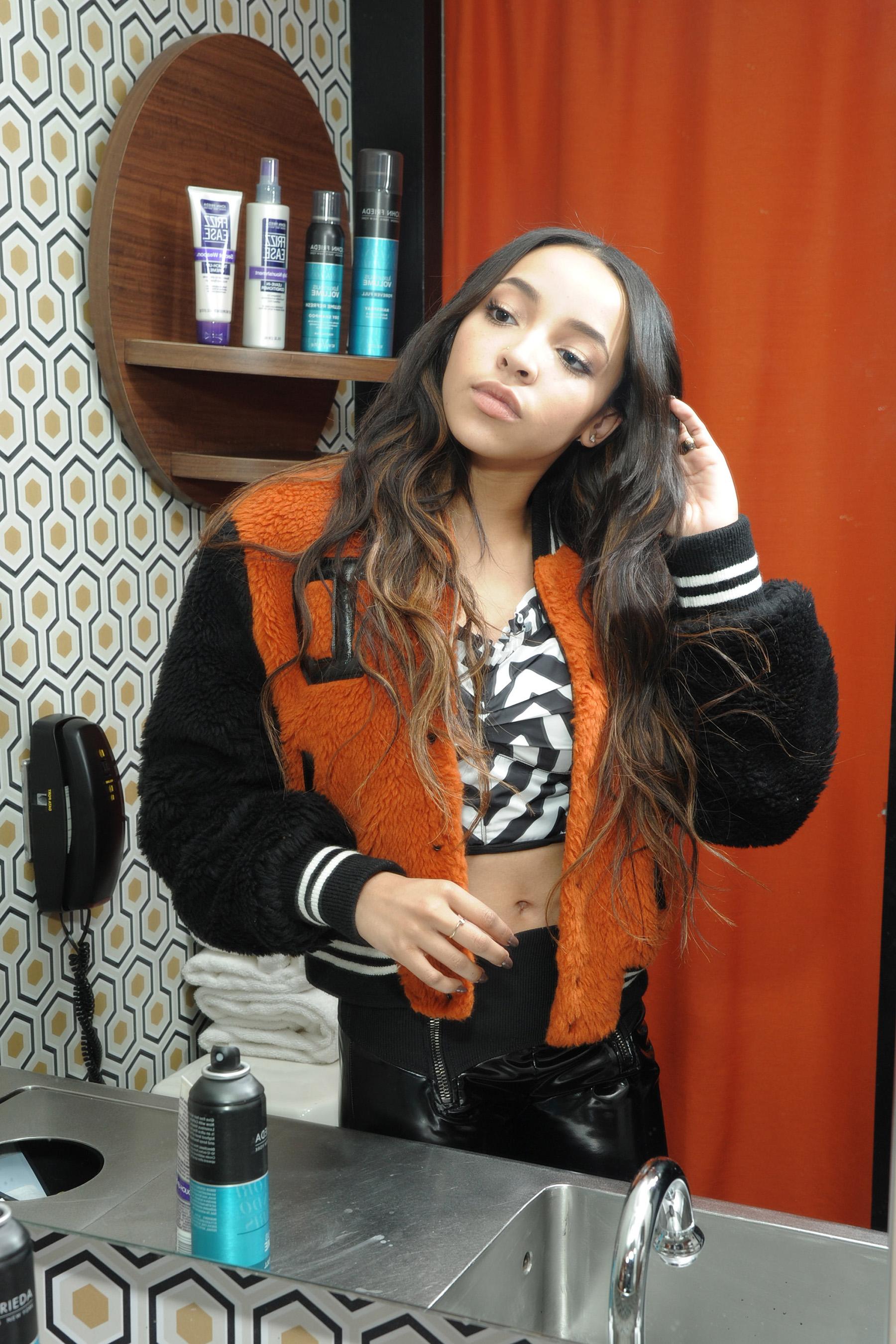 John Frieda Разглаживающий шампунь для прямых волос Frizz Ease Flawlessly Straight, 250 мл