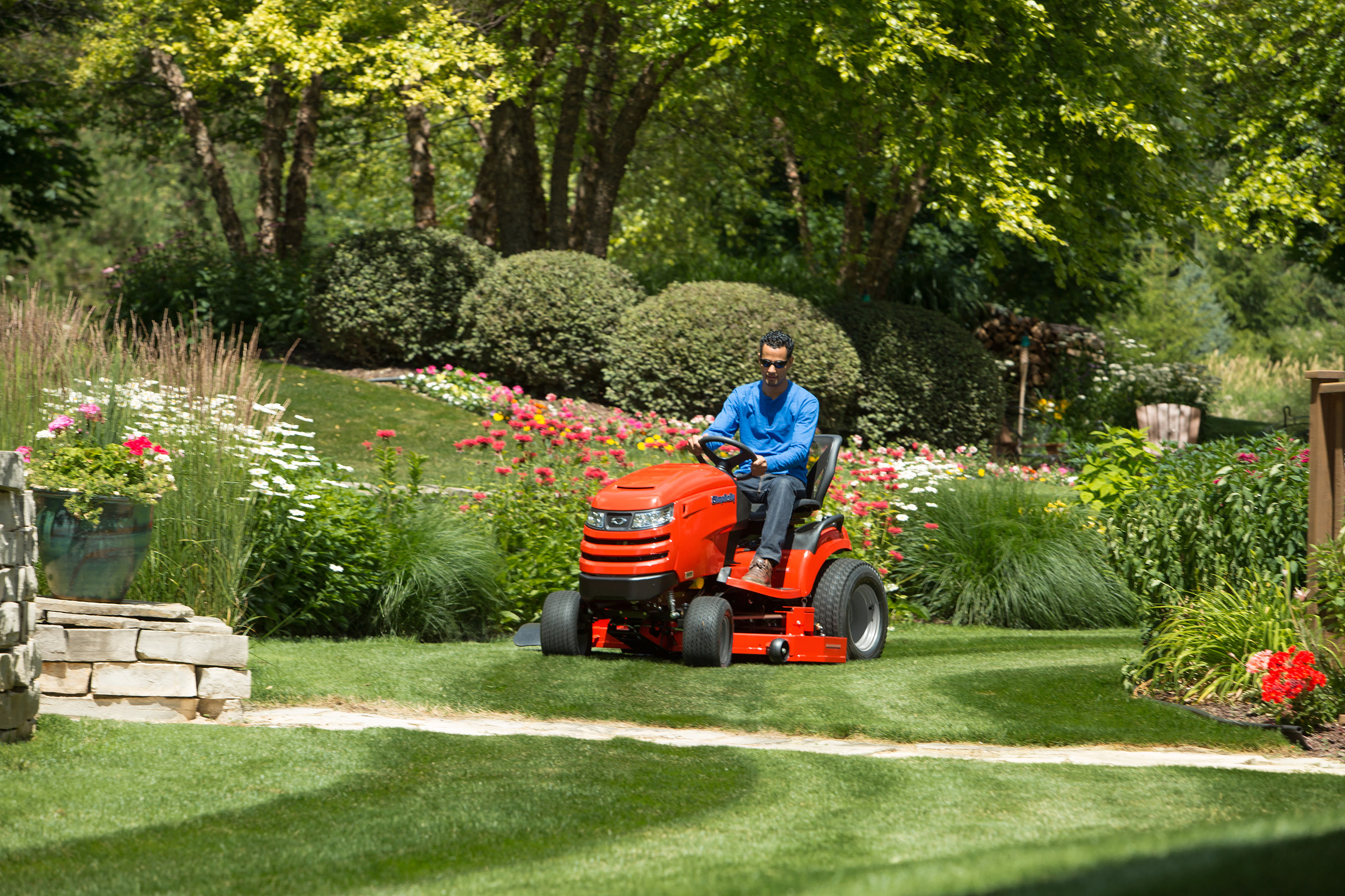The Prestige features a Simplicity patented Free Floating mower deck with full-width rollers that assures a smooth scalp-free cut and allows the operator to create ballpark striping patterns.