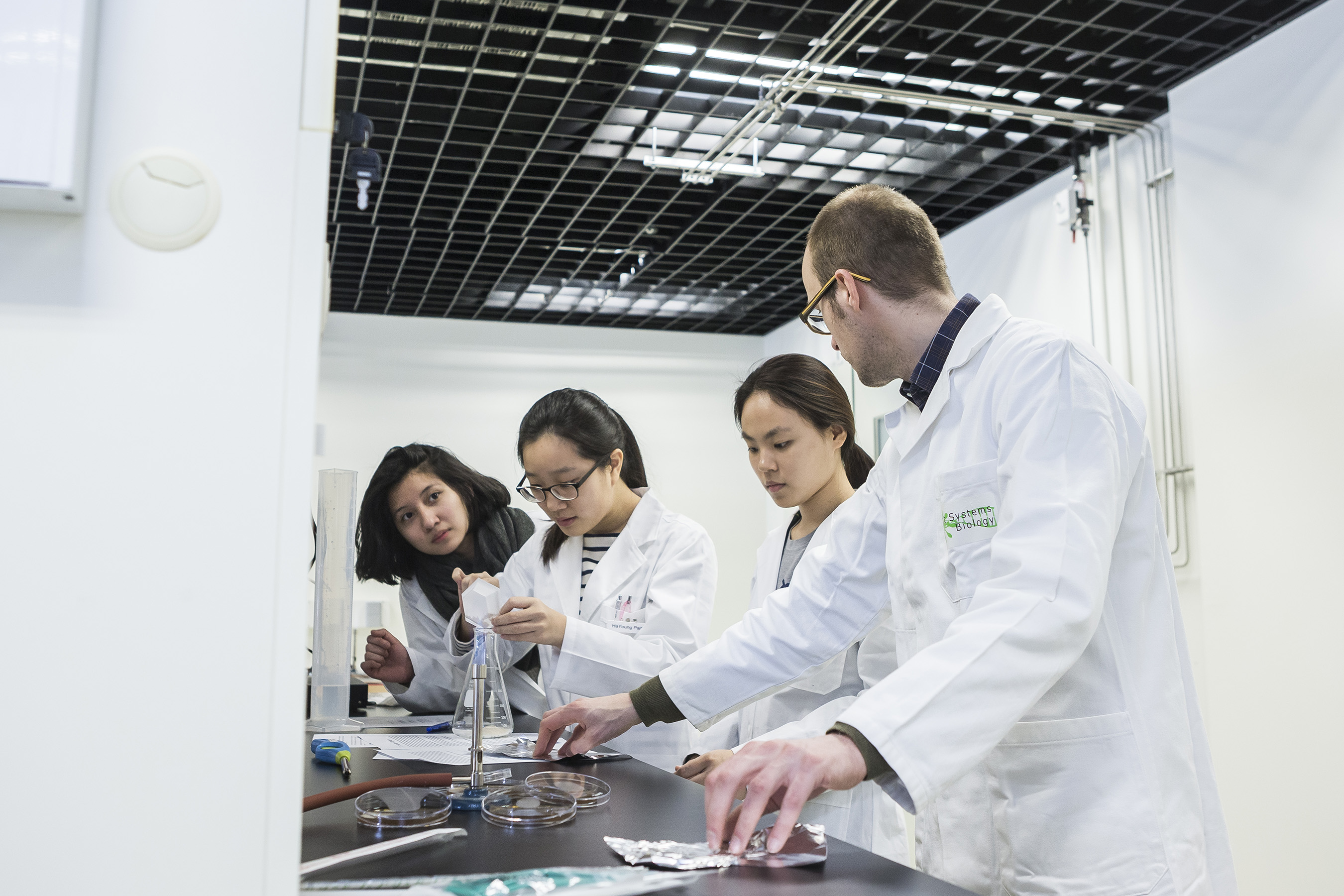 Ghent University Global Campus students doing experiments in the lab