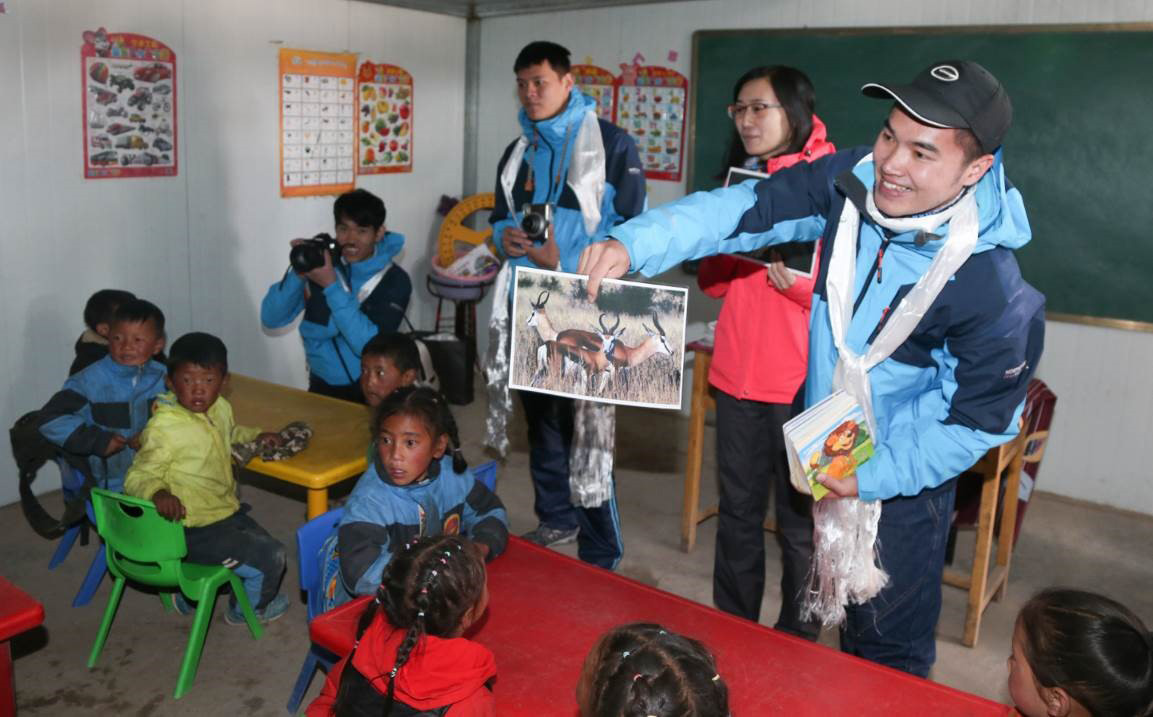 GAC Motor gave an educational tour to primary school children at Madoi County.