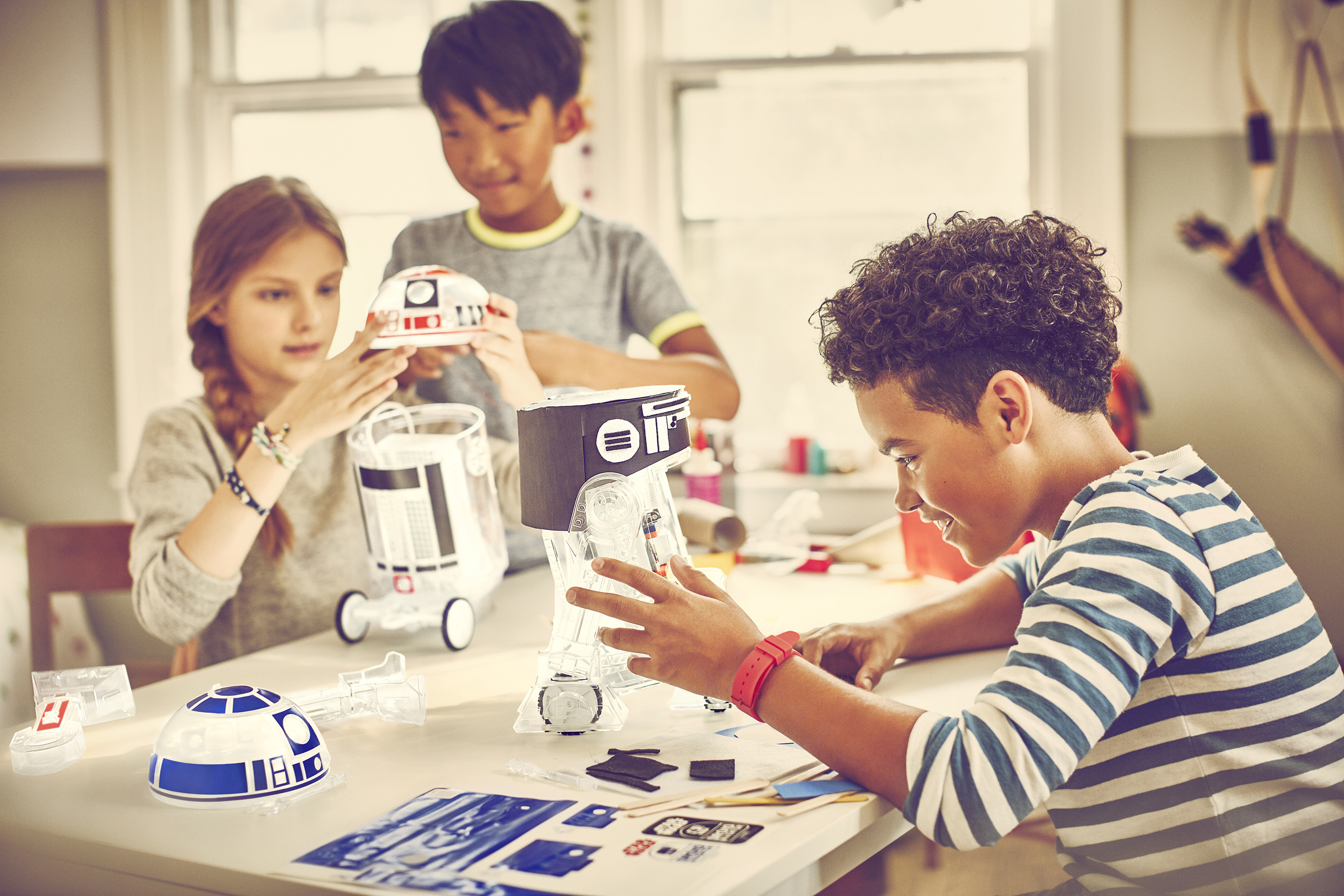 Using the littleBits Droid Inventor Kit and the free Droid Inventor app, kids will teach their R2 Unit new tricks and take it on 16+ missions.