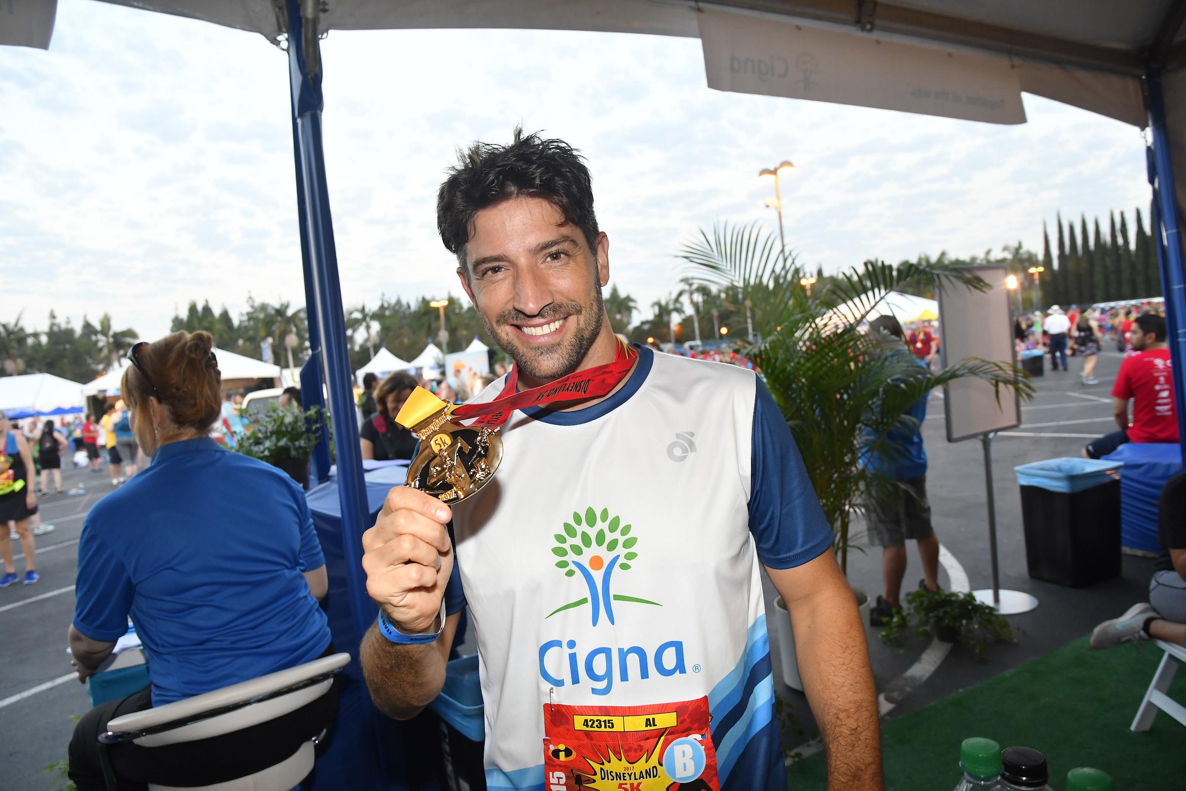 Galán de Telemundo David Chocarro se une a Cigna para incitar a los Latinos a tomar control de su salud durante la carrera de 5 kilómetros de Disneyland® presentada por Cigna