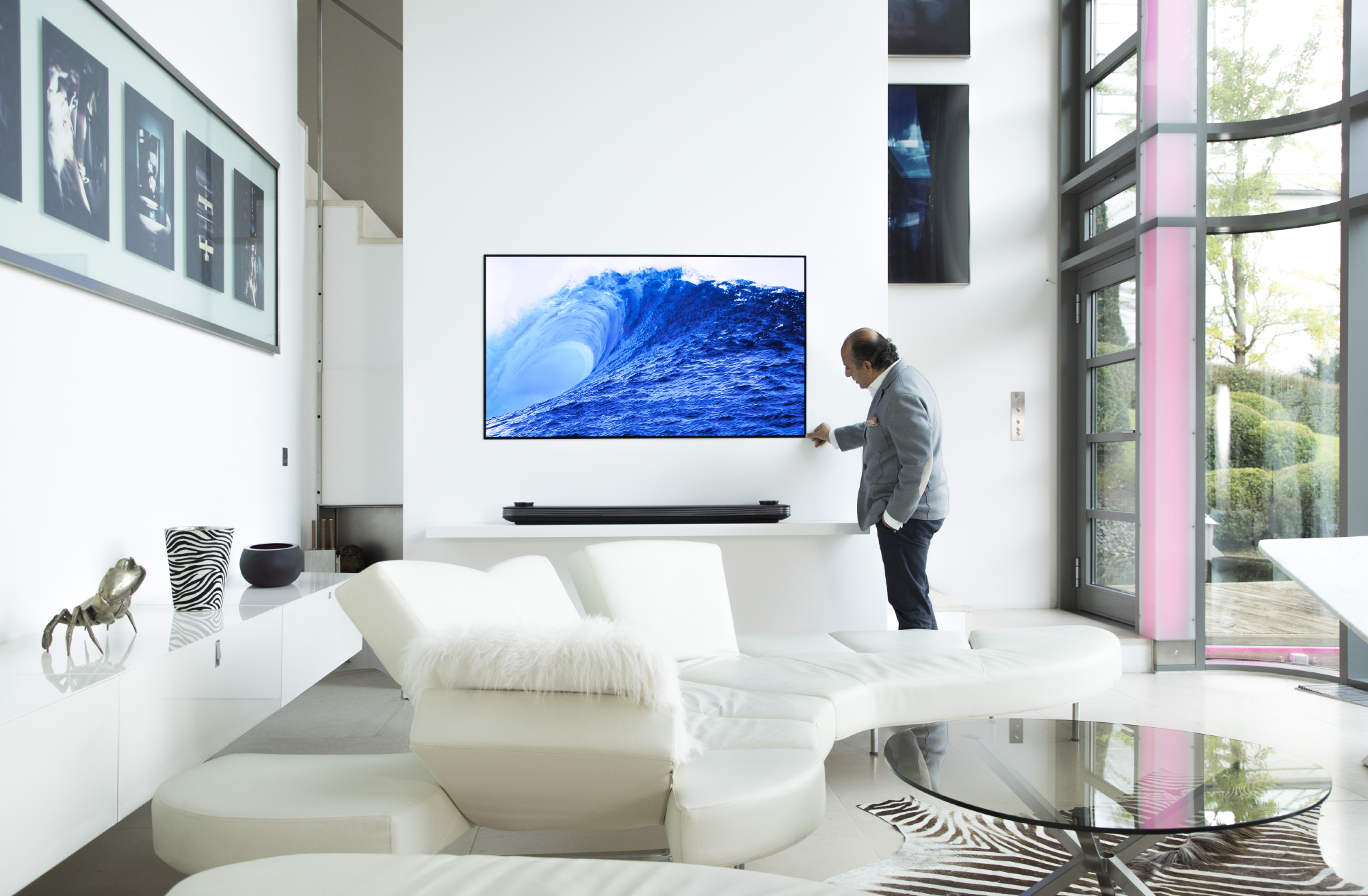 Lg signature universal appeal to interior designers and architects hadi teherani in the living room with the ultra flat lg signature oled tv offering biocorpaavc