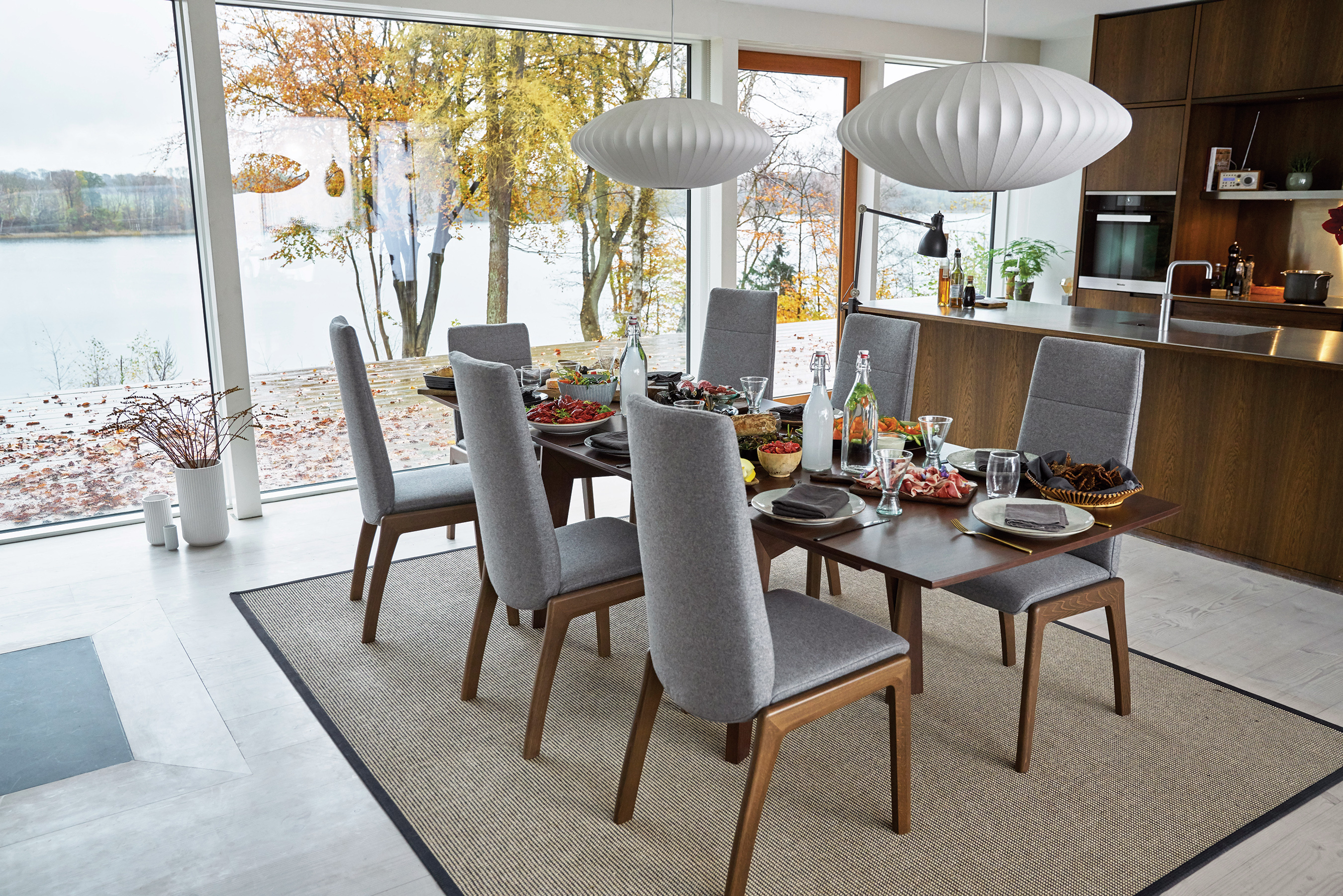 Stressless' Global Collection brings world-famous comfort and functionality to the dining area for a perfectly balanced dining experience. Chairs in Dahlia Grey and table in Madeira Walnut.