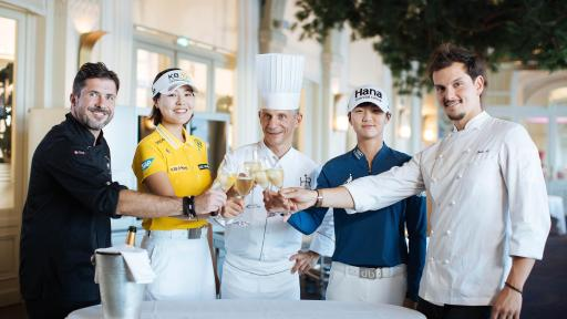 Chefs Patrice Vander, Christopher Crell and Juan Arbelaez with two leading golfers Park Sung-hyun and Chun In-gee ©Lewis Joly