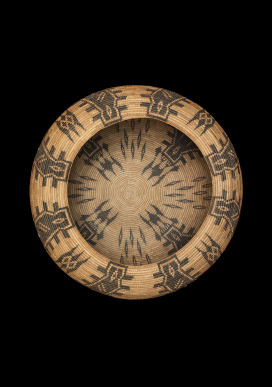 Carrie Bethel Mono Lake Paiute, 1898-1974 Bowl basket, c. 1929. 8 x 17.5 inches Split sedge root, dyed bracken fern root, split winter redbud shoots, willow shoots Collection of Edward J. and Mimi Nusrala Photo Credit: Craig Smith, Heard Museum