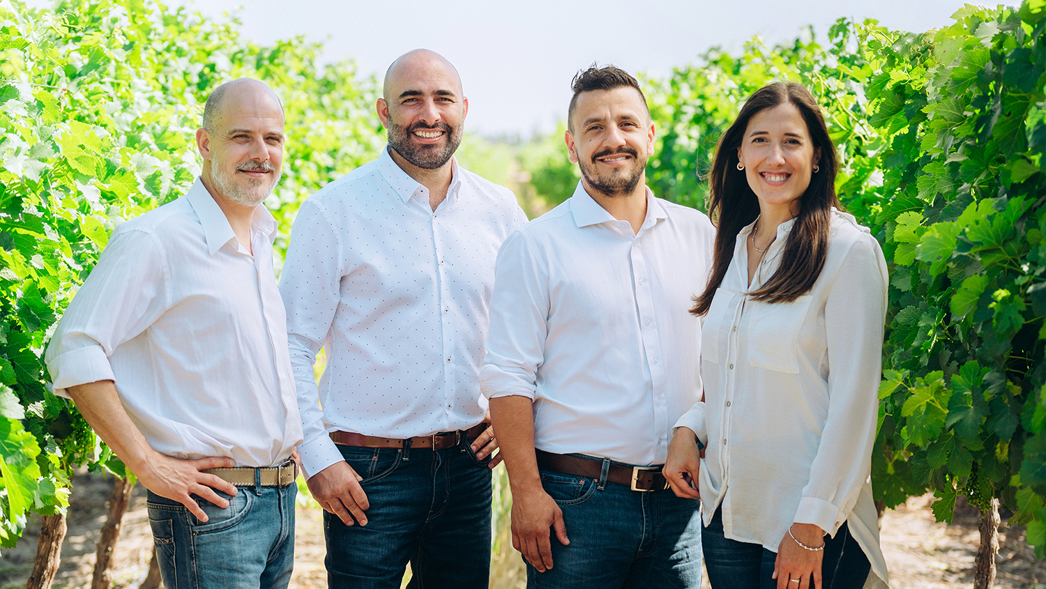The winemaking team comes to life virtually thanks to an interactive virtual tour that now includes a stop in the vineyards, to toast and learn alongside Rafael Miranda, Germán Di Cesare, Maximiliano Ortiz, and Magdalena Viani.