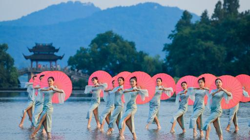 500 women each sporting a Qipao, dance in unison at Hangzhou's landmarks