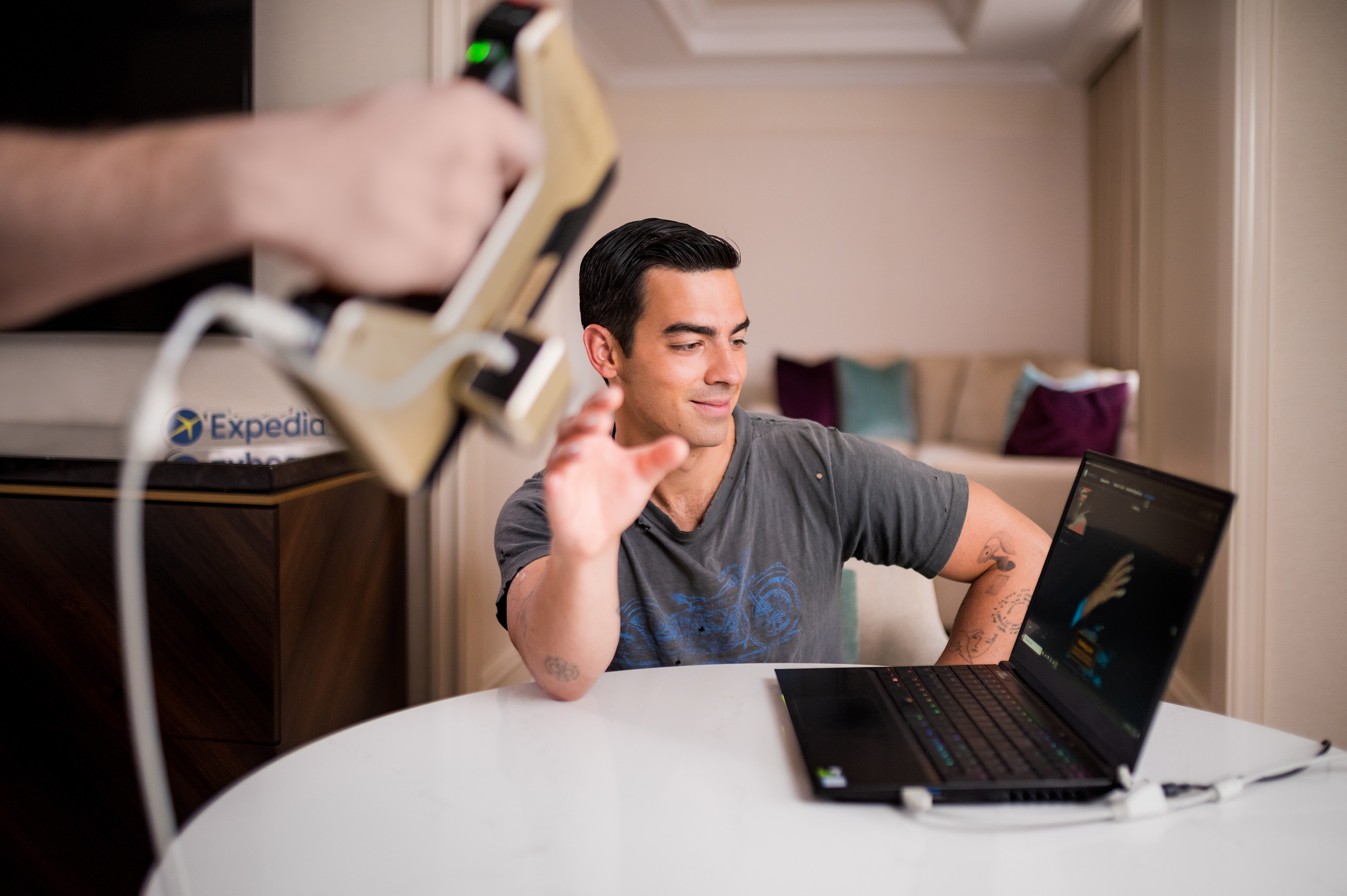 How it's made - A 3D scan of Joe Jonas's right hand is captured to ensure an exact replica for the Expedia Helping Hand
